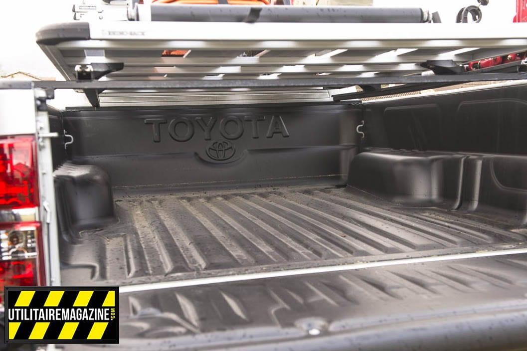 La benne du Toyota Hilux utilitaire est surmontée par une galerie fixée sur des supports faits maison