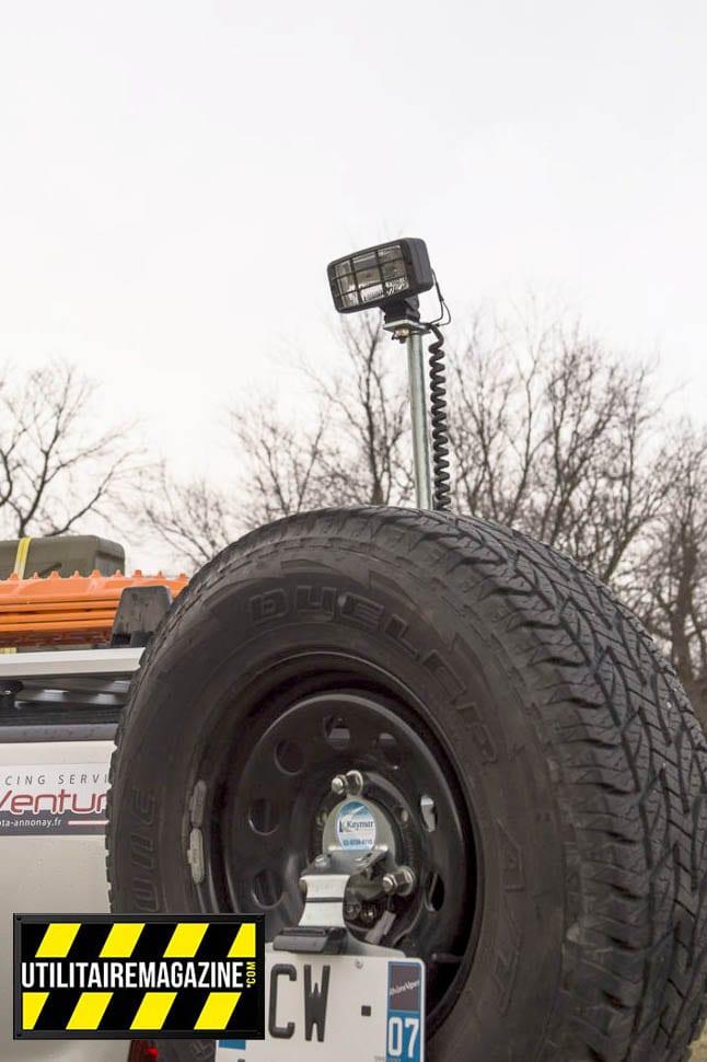 phare de travail telescopique sur véhicule utilitaire pick up toyota hilux