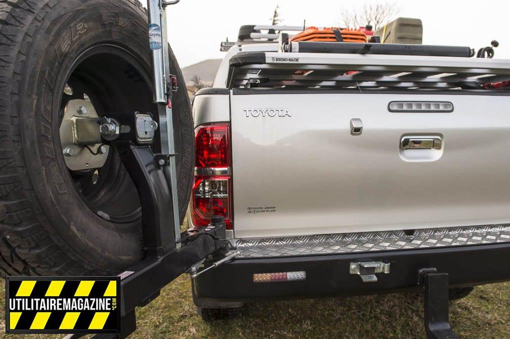 Le porte roue de secours sur le gros pare-chocs arrière pivote et laisse un accès facile à la benne de notre utilitaire