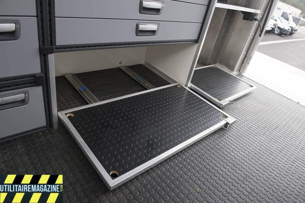 Au sol, les plateaux coulissants permettent un accès simplifié au matériel.