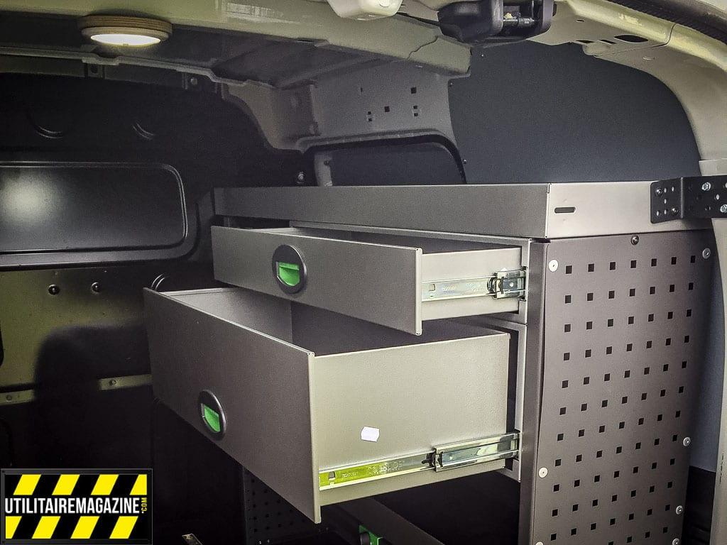 Un large tiroir et un plus petit permettent de stocker les outils.