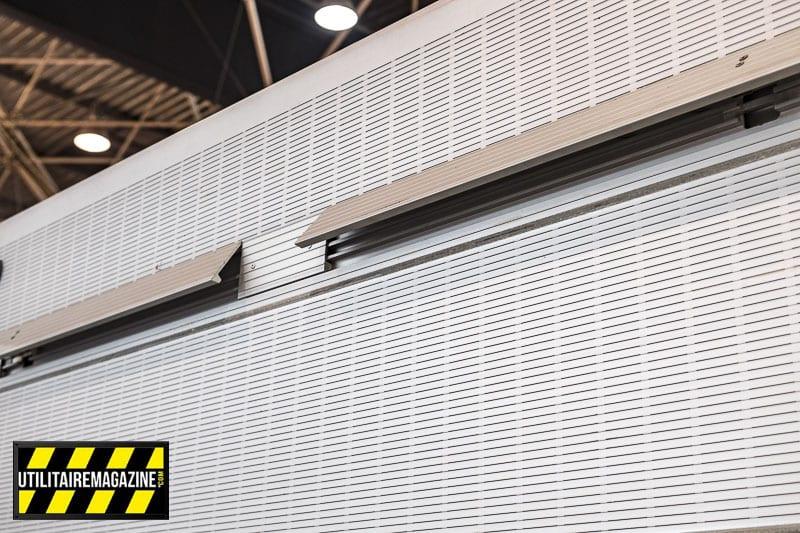 Des arrêts de charge escamotables sont disposés à l'extrémité de la plateforme en aluminium.