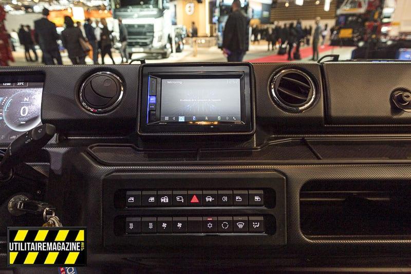 Le système multimédia ainsi que les principales commandes comme les vitres électriques, le chauffage / climatisation et les rétros qui se rabattent.