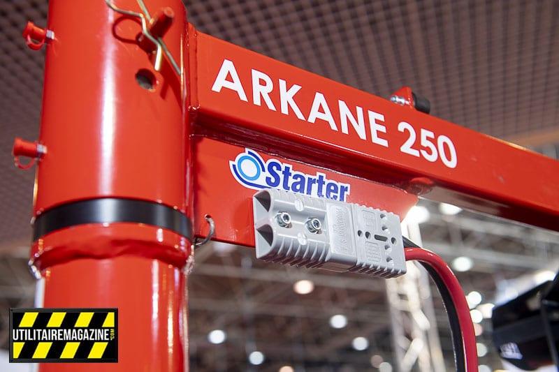 Pour alimenter le treuil de la potence de levage Arkane 250 il suffit de tirer un câble 12V et d'utiliser cette prise Quick.