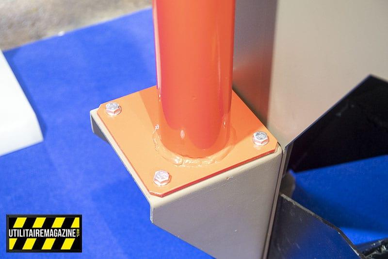 L'embase pour la potence de levage se fixe soit dans un fourgon, la benne d'un pick up ou sur un plateau d'utilitaire.