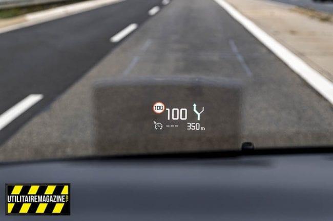 L'affichage tête haute, que je trouve très pratique, indique la vitesse, le guidage GPS, et la lecture des panneaux