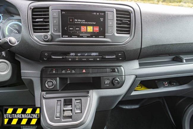 """La console centrale avec l'écran 7"""", la gestion du chauffage / climatisation et tout en bas, le sélecteur de vitesse"""