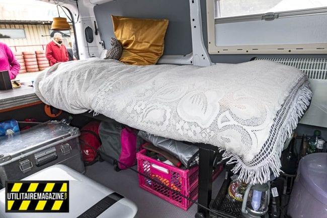 Le couchage repose sur des pieds en aluminium