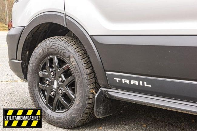 Des protections de bas de caisse et des jantes en alliage complètent le look de notre Ford Transit Trail.