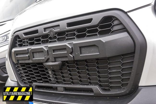 On ne peut pas louper la large et imposante calandre siglée Ford.