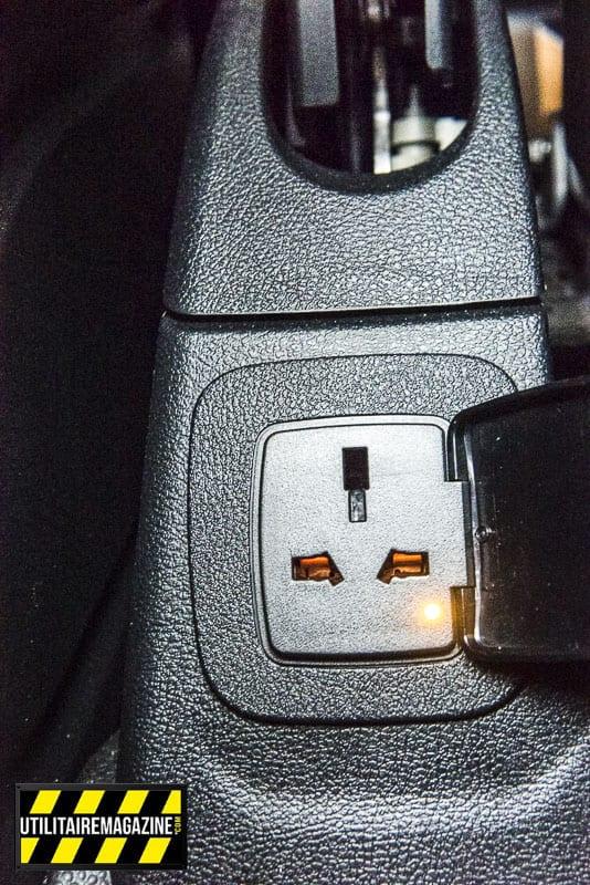 Une prise de courant 220 V se trouve entre les sièges, pratique pour recharger son PC ou des batteries d'outils électroportatifs.