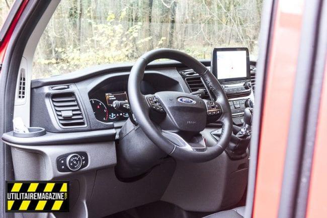 A l'intérieur, les commandes tombent bien sous les mains, c'est ergonomique et le volant cuir est agréable.
