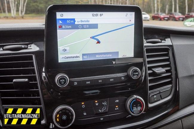 Un large écran avec navigation GPS et connectivité pour smartphone