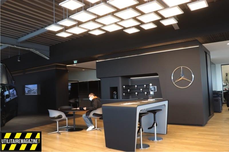 Bureau, table et fauteuils, wifi et machine à café en libre service pour patienter le temps de l'entretien express