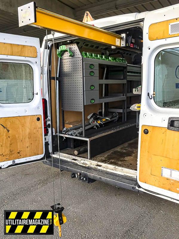 La potence MAD Easyload permet de monter et descendre des charges jusque 500 kg à plus de 12 m de profondeur. Elle se déploie électriquement et son treuil est aussi électrique.