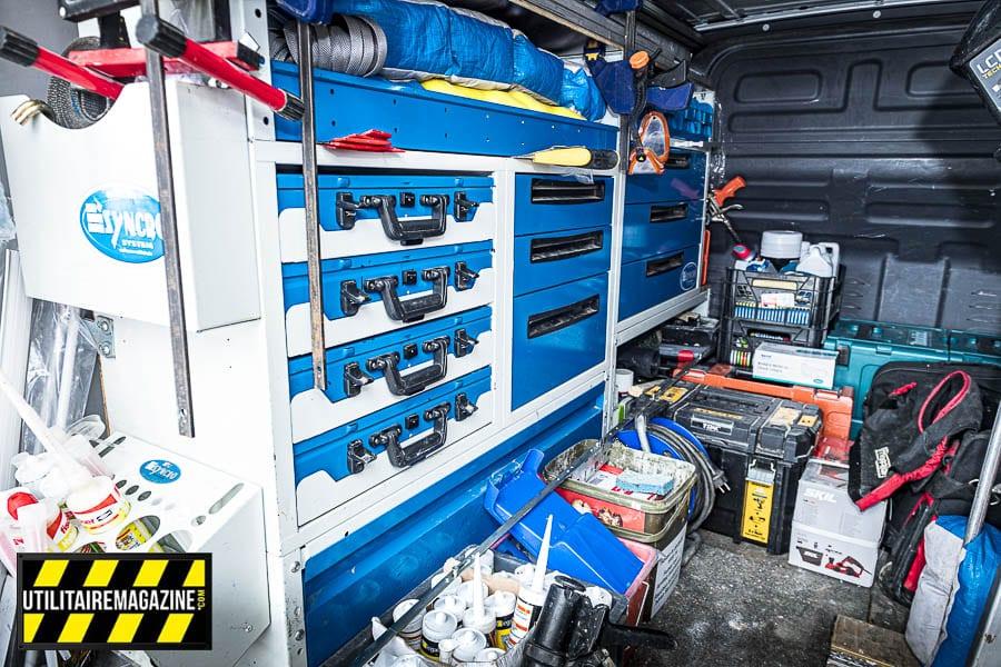 Des étagères métalliques pour stocker et bien ranger outils et accessoires, dans le fond les outils électriques.