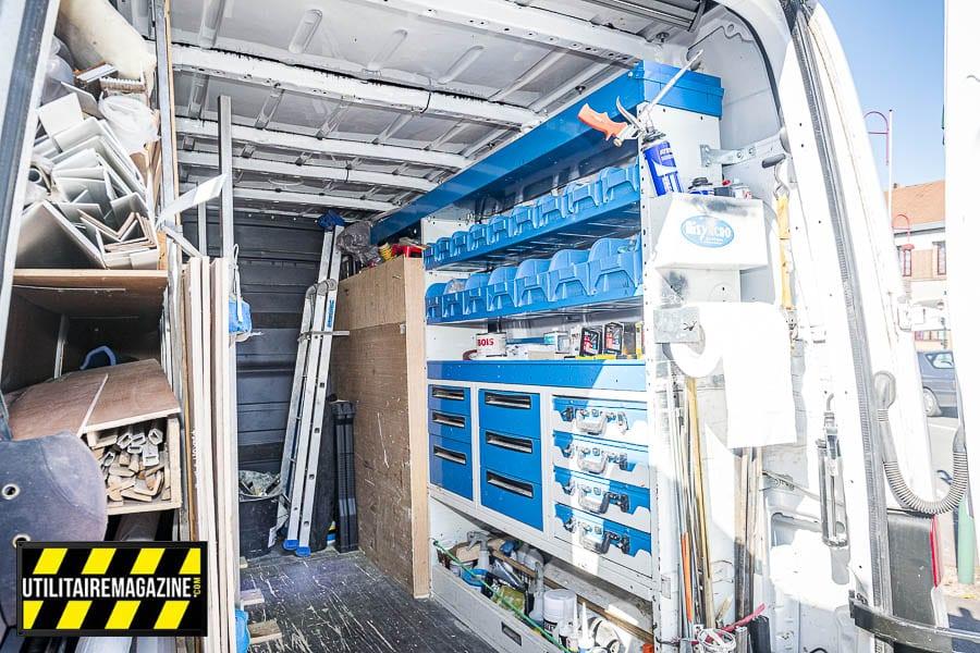 Les nombreuses étagères qui équipent ce Sprinter permettent de ranger des bacs, des mallettes, les tiroirs peuvent contenir outils et quincaillerie. Sur la gauche il y a de quoi ranger les profilés, les panneaux en bois.