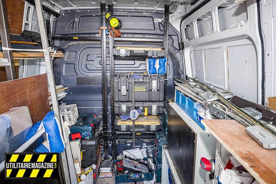 A l'intérieur dans le fond, des mallettes Stanley arrimées sur leurs supports spécifiques verticaux. A gauche la partie pour ranger et stocker le verre et les panneaux bois.