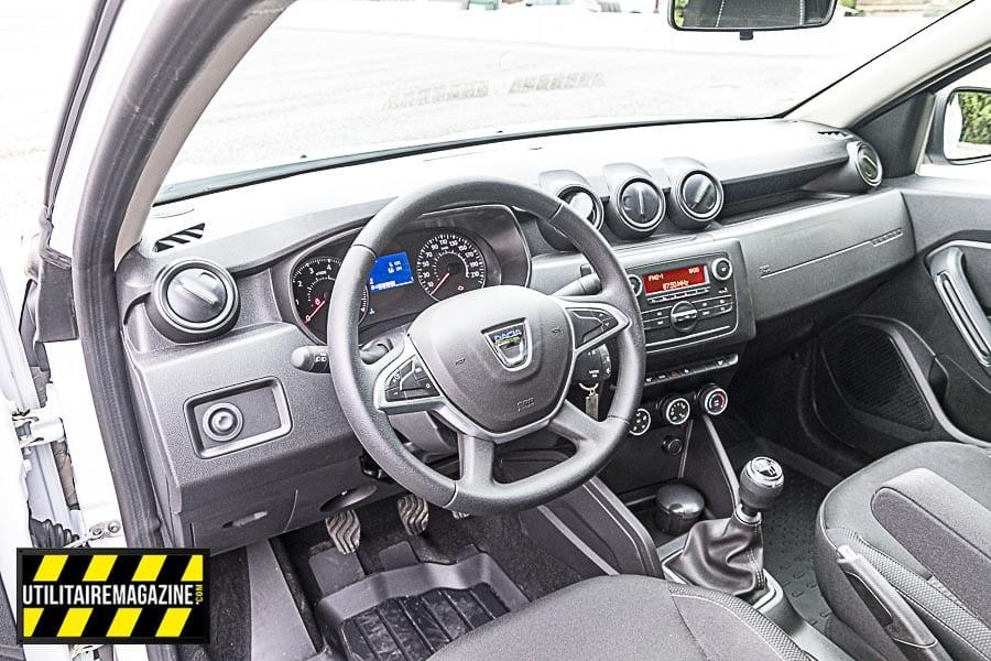 L'intérieur est conforme en tout points à celui du Duster en version Confort avec climatisation manuelle, audio bluetooth commande au volant, régulateur limiteur de vitesse.