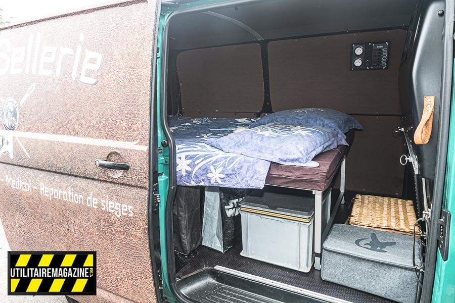L'espace sous le couchage permet de ranger beaucoup de bagages ou de boîtes de rangement, vous pouvez même laisser le lit déplié quand vous roulez. Il suffit de bien arrimer toutes les charges.