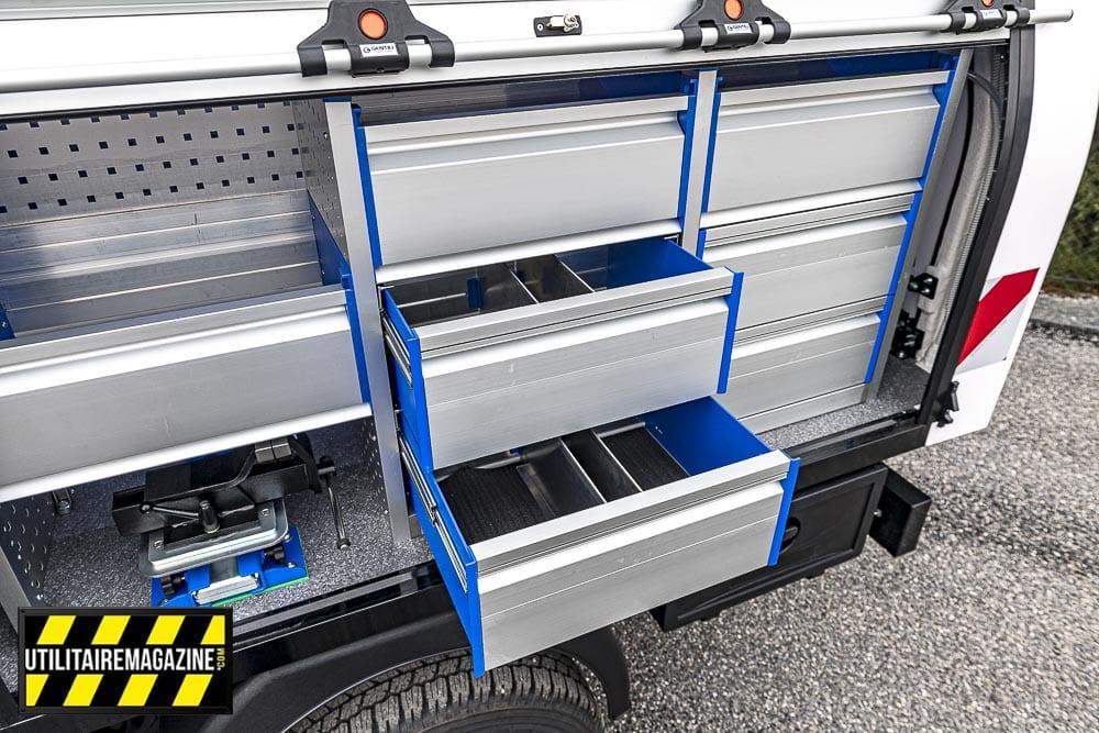 Les 6 tiroirs de ce meuble permettront de ranger outils et quincaillerie pour les dépannages.