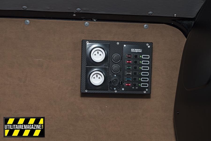 Un tableau électrique avec convertisseur 220 V a été installé, on trouve des prises 12 V ainsi que les différents fusibles de l'aménagement.