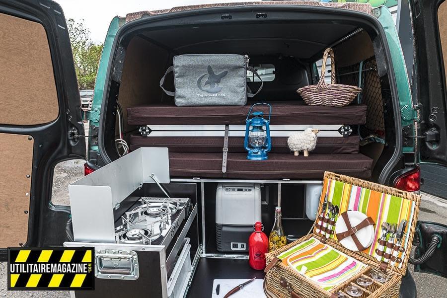Ouvrez les portes arrières et profitez du gaz à deux foyers, du frigo 12 V 220 V, d'un petit évier et de ses jerrycans, d'espaces de rangements. vous avez tout pour passer de beaux week end.