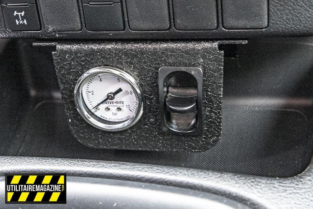 Un système de boudins pneumatique gonflables a été installé sur la suspension arrière, cela permet de corriger l'assiette du pick up en fonction de son chargement.