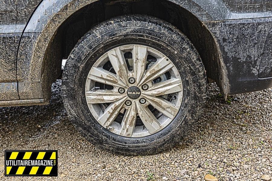 Des conditions idéales pour un essai 4x4. Notez que vous pourrez changer les pneus d'origine pour des versions plus off road si vous en avez un réel besoin.