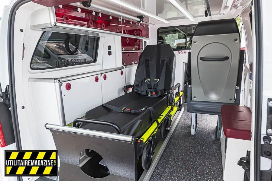 Le format compact du Vito n'empèche pas un équipement complet pour le transport de patient