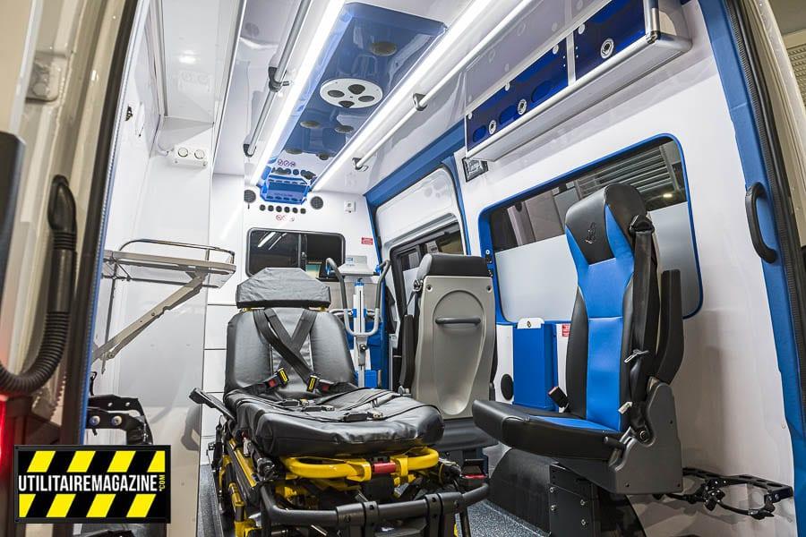 Vue générale de l'intérieur du Sprinter ambulance, le brancard est aussi un modèle permettant de transporter des personnes fortes