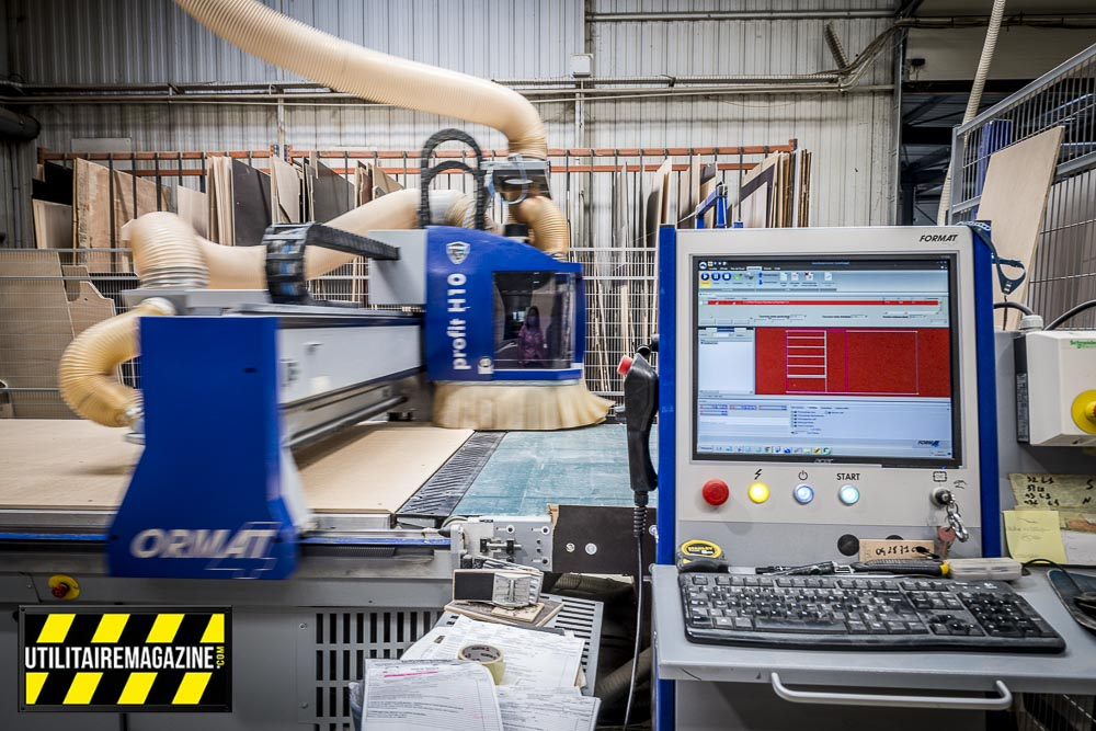 Machine à commande numérique pour découper les panneaux de bois